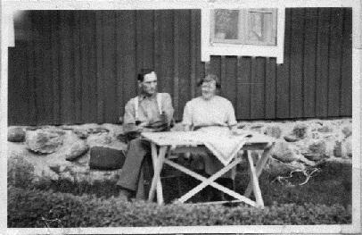 Albert & Anna Olofsson i trädgården (baksidan av boningshuset).